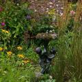 Солнечные часы в стильном саду вполне уместны, особенно если они винтажные, как эти
