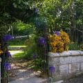 Этот сад явно ожидает гостей