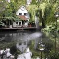Black and White Cottage в графстве Суррей — сад скульптур жены Энтони Пола Ханны Пешар (Hannah Peschar)